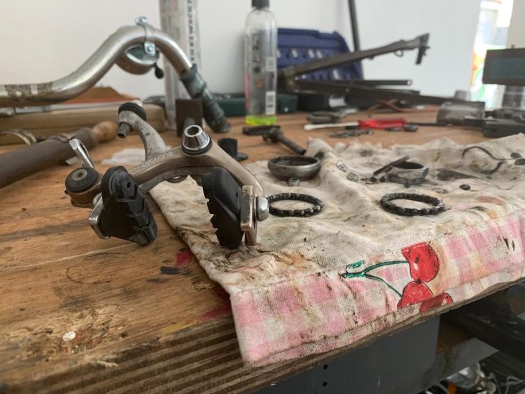 In der Werkstatt ist - gerade vor der Fahrradsaison - viel zu tun! Besonders wenn ein alter Drahtesel in seine Einzelteile zerlegt ist.