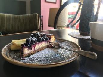 Köstlich! Einen Cappuccino und ein selbst gemachtes Stück Kuchen, welches mit Blau- und Brombeeren bedeckt ist. Mhh ...