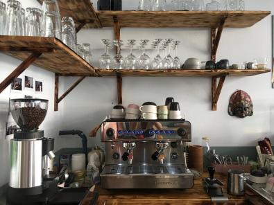 Einblicke in die Kaffeeküche des My Piecycles! Hier werden die leckeren Kaffeekreationen aus den frisch gemahlenen Bohnen der Privatrösterei Schmidt zubereitet.
