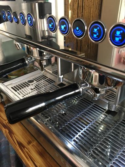 """Das Herzstück eines jeden guten Cafés: Die Espressomaschine! Sie stammt - ähnlich wie die regionalen Lebensmittel - aus der direkten Nachbarschaft! Von Rainer Grams, er betreibt sein Geschäft mit dem Namen """"7,2 Grams"""" an der Ecke Feld-, Ecke Waldstraße! Vorbei schauen lohnt sich ..."""