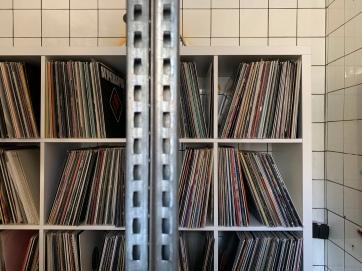 Selbst in jedem freien Nebenzimmer und Kellerraum, in den zusätzlich angemieteten Geschäftsräumen aus der umliegenden Nachbarschaft, stapeln sich die Schallplatten bis unter die Decke.