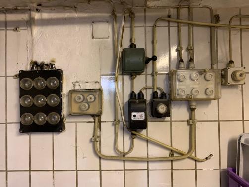 Wie es sich für einen echten analog Freak gehört, haben auch die Sicherungen im Keller eine Patina angesetzt.