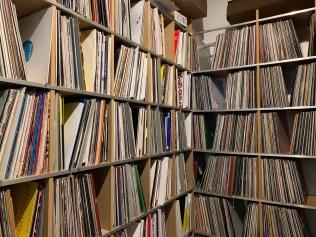 Bei so vielen Schallplatten, wäre es sicher mal angebracht die Statik zu berechnen ...
