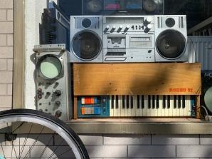 Allerhand musikalisches Vintage-Equipment schmückt das Schaufenster bei Mainrecords. Das Antiquarium lässt sicherlich das ein oder andere Sammlerherz höher schlagen.