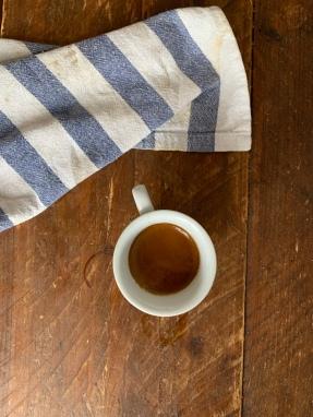Hat die Tasse einen Glasboden? Julien hat beim Espresso machen, die Farbe des Küchentisches getroffen! It's a match!!