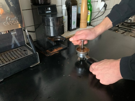 Auch beim Espresso machen gilt für Julien die Marschrichtung: Full Force voraus!