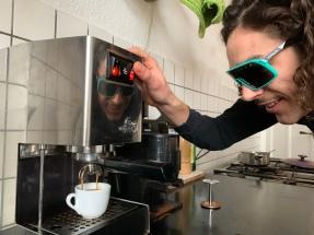 Während des Brühvorgangs überwacht Julien mit Adler- bzw. Oakleyaugen die Espressozubereitung ...