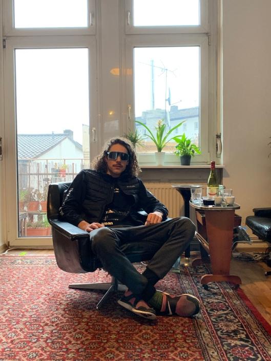 Ganz Seriös: Julien Ted Riganti im Wohnzimmer der 8000Watt-WG