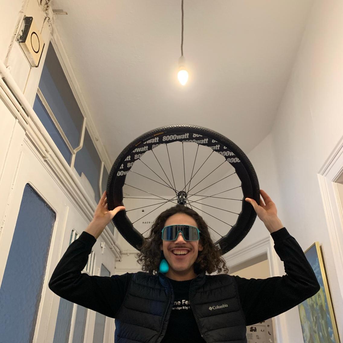 Julien mit Heiligen-Schein! Er hat seinen Holy-8000-Facefilter von Instagram in die Realität geholt, der ganz nebenbei aus seiner eigenen Felge der Firma Bergkönig besteht ;-)