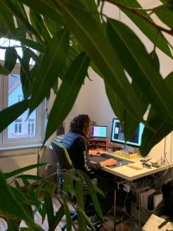 Hier sitzt der Freelancer an seinem Schreibtisch!