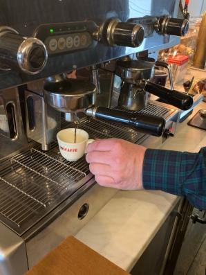Vor unserem Interview macht Stefan uns erstmal zwei Tässchen Espresso!