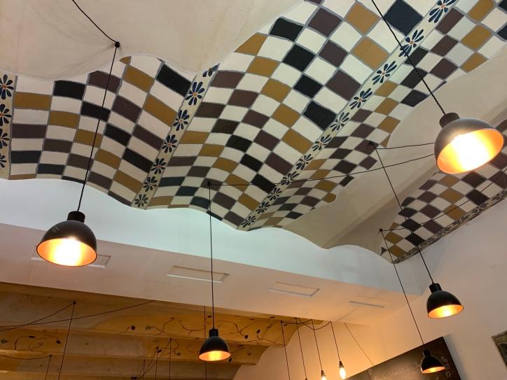 Bei einem Blick nach oben, lässt sich die schöne Deckenkonstruktion entdecken!