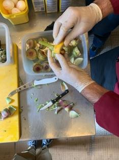 Insider Tipp: Durch das Einreiben mit einer Zitrone, bleiben die Artischocken länger frisch und verfärben sich nicht so schnell.