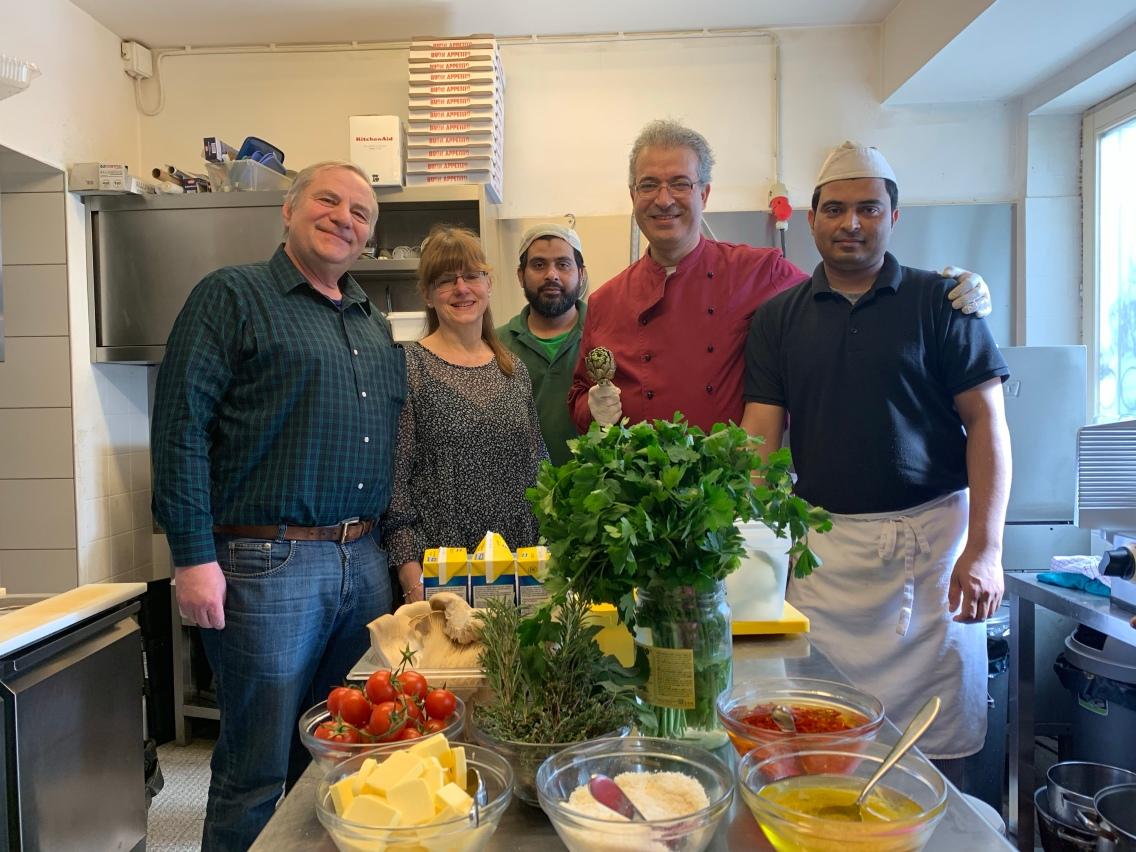 Gruppenbild: Hier sehen wir ein Teil der Crew vom Mittagstisch: Stefan, Doris, Motiur, Mustafa und Habibur (v.l.n.r.)
