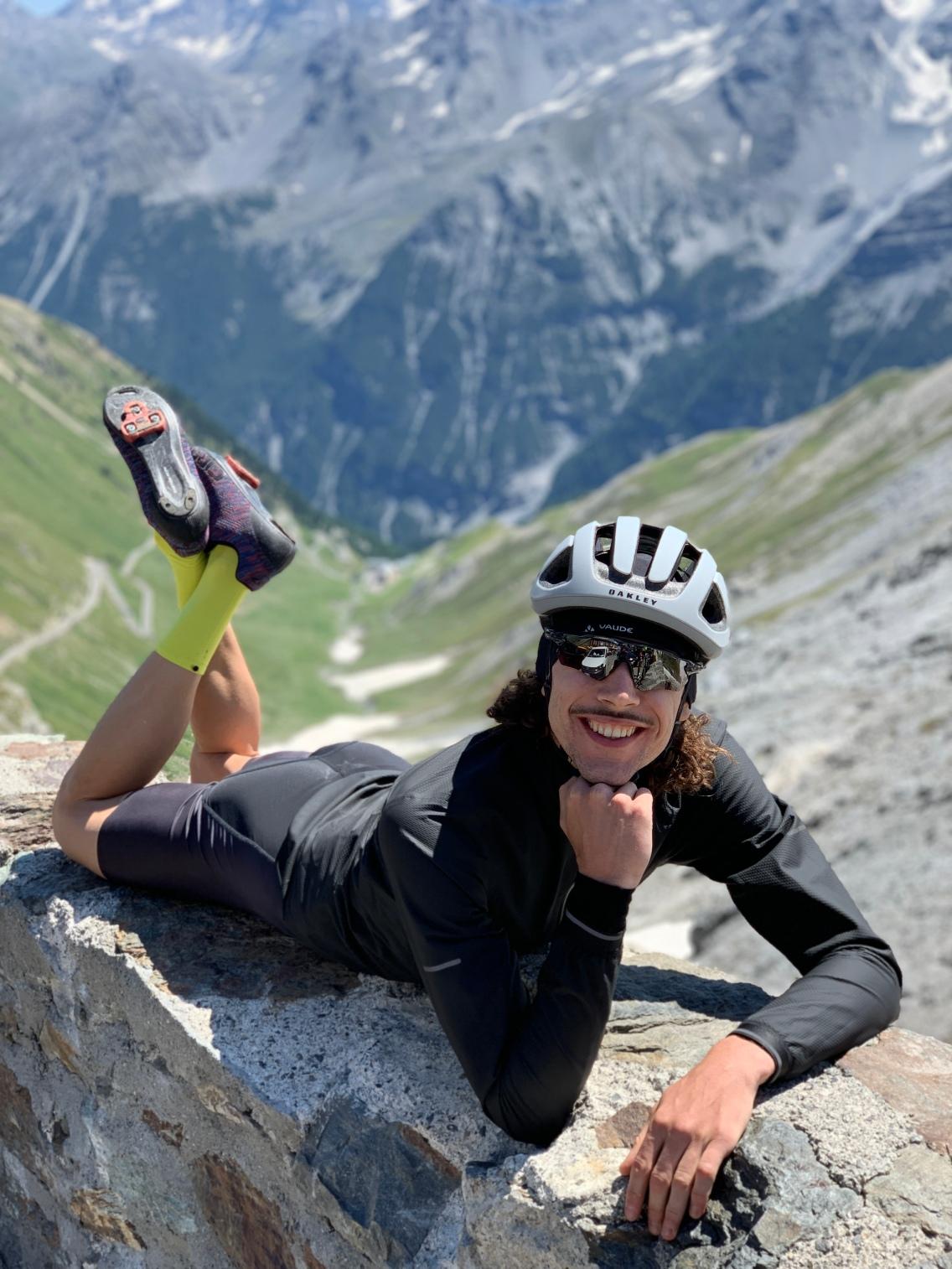 Mr. 8000Watt in nonchalanter Pose auf dem Gipfel des Passo dello Stelvio!! (Foto: mit freundlicher Genehmigung von © Julien Ted Riganti)