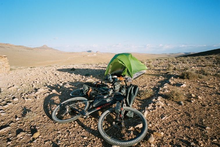 Kein festes Dach über dem Kopf gefunden? Macht nicht, die beiden Radfahrer haben einfach ihr Zelt aufgeschlagen! (Foto © Patrick Pilz)